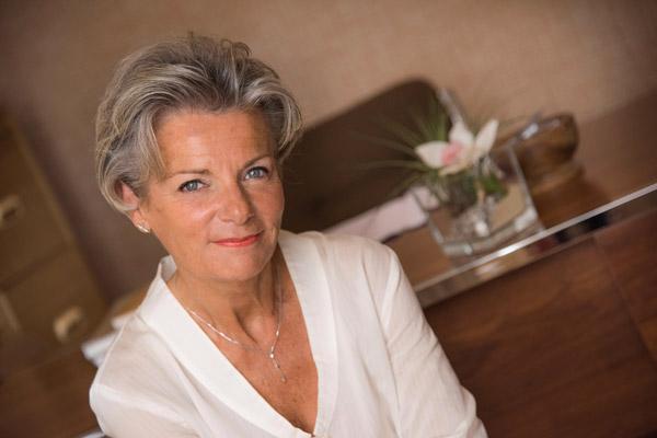FB Formation - Portrait Francoise Bernabe FB Formation - logo blanc - CFA esthétique cosmétique parfumerie